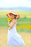 Mulher nova no campo de flor no verão fotos de stock
