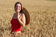 Mulher nova no campo de trigo imagens de stock royalty free