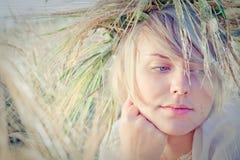 Mulher nova no campo de trigo Imagens de Stock