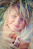 Mulher nova no campo de trigo Imagem de Stock Royalty Free