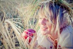 Mulher nova no campo de trigo Fotografia de Stock Royalty Free