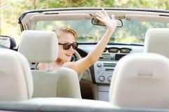 Mulher nova no carro fotos de stock