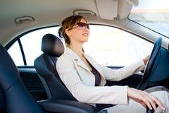 Mulher nova no carro imagens de stock royalty free