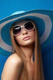 Mulher nova no chapéu Foto de Stock