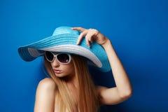 Mulher nova no chapéu Foto de Stock Royalty Free