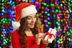 Mulher nova no chapéu de Santa Fotografia de Stock Royalty Free