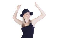 A mulher nova no chapéu que mostra as mãos assina está bem Imagens de Stock Royalty Free