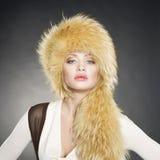 Mulher nova no chapéu forrado a pele Fotografia de Stock Royalty Free