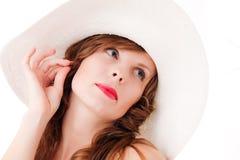 Mulher nova no chapéu que sonha sobre o verão Fotos de Stock Royalty Free