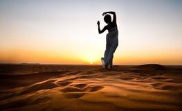 Mulher nova no deserto arenoso imagem de stock royalty free