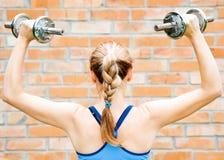 Mulher nova no desgaste do esporte que exercita no clube de esporte Imagem de Stock