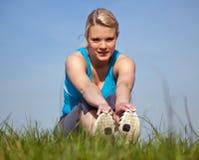 Mulher nova no desgaste dos esportes fora Fotos de Stock