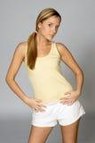 Mulher nova no equipamento do exercício Imagens de Stock