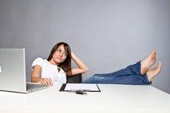Mulher nova no escritório imagens de stock