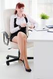 Mulher nova no escritório fotos de stock royalty free