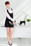 Mulher nova no escritório foto de stock