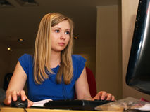 Mulher nova no escritório imagem de stock royalty free