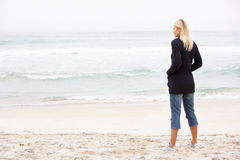 Mulher nova no feriado que está na praia do inverno Imagens de Stock