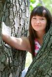 Mulher nova no fundo natural fotografia de stock royalty free