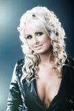 Mulher nova no jackat de couro com segmentação Imagens de Stock Royalty Free