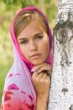 Mulher nova no lenço. Alenushka. Foto de Stock Royalty Free