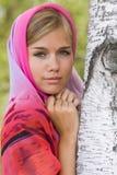 Mulher nova no lenço. Alenushka. Foto de Stock