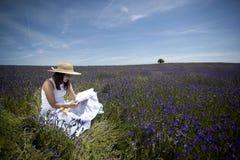 Mulher nova no livro de leitura branco do vestido ao ar livre Fotos de Stock Royalty Free