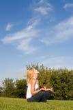 Mulher nova no parque imagem de stock royalty free
