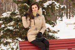 Mulher nova no parque do inverno foto de stock royalty free