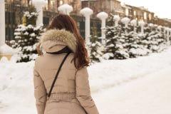 Mulher nova no parque do inverno Imagem de Stock Royalty Free