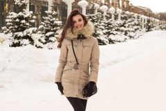 Mulher nova no parque do inverno Fotos de Stock Royalty Free