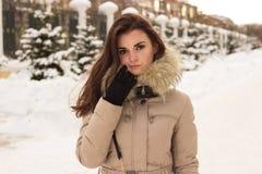 Mulher nova no parque do inverno fotografia de stock royalty free