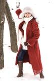 Mulher nova no parque do inverno Imagem de Stock