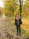 Mulher nova no parque do outono Foto de Stock