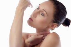 Mulher nova no pose do estilo da beleza Imagens de Stock Royalty Free