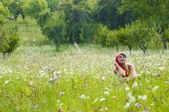 Mulher nova no prado Fotografia de Stock