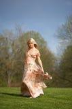Mulher nova no prado imagens de stock