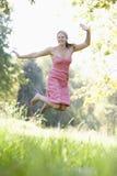 Mulher nova no prado do verão Imagem de Stock