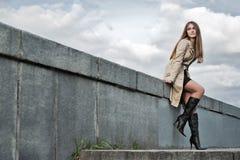 Mulher nova no raincoat fotografia de stock royalty free