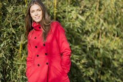 Mulher nova no revestimento vermelho Foto de Stock Royalty Free