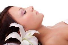 Mulher nova no salão de beleza dos termas Fotografia de Stock Royalty Free