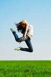 Mulher nova no salto ginástico imagem de stock royalty free