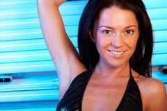 Mulher nova no solarium Fotos de Stock