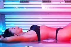 Mulher nova no solarium Fotografia de Stock