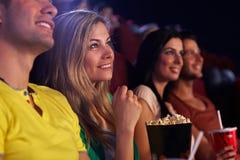 Mulher nova no sorriso do cinema imagem de stock