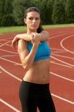 Mulher nova no sutiã dos esportes que estica o músculo do Triceps fotografia de stock royalty free