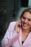 Mulher nova no telefone de pilha Imagem de Stock