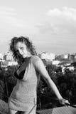 Mulher nova no telhado Fotografia de Stock Royalty Free