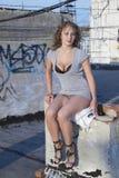 Mulher nova no telhado fotos de stock