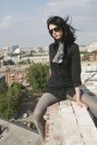 Mulher nova no telhado Foto de Stock Royalty Free
